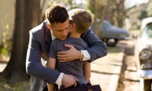 Film still uit The Tree of Life. Vader (Brad Pitt) omhelst zijn zoon ietwat ongemakkelijk. Zijn kinderen zijn bang voor hem.